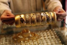 Gold prices tumble by Rs 220 due to weak trend in global markets