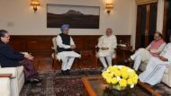 Sonia, Manmohan take up Modi's offer, attend 'chai pe charcha' at 7RCR