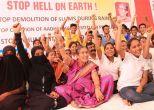 मुंबई: झुग्गियों को बचाने के लिए धरने पर बैठी जसोदाबेन