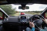 कार चलाते समय कभी न करें ये पांच गलतियां