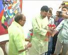 दिल्ली: ऑड-ईवन पर गोपाल राय की गांधीगीरी, विजय गोयल को सौंपा गुलाब