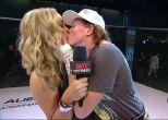 वीडियो: मार्शल आर्ट चैंपियन ने किया महिला अनाउंसर को किस