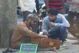 वीडियो: सड़क पर भीख मांगते गायक सोनू निगम