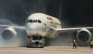 विमान में सवार यात्रियों को बीच सफर में उतार एयरलाइंस ने कहा, बस से जाआे...