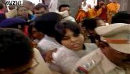 नासिक: तृप्ति देसाई ने कपालेश्वर मंदिर के गर्भगृह में किया प्रवेश