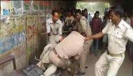 वीडियो: लखनऊ में अवैध वसूली के बंटवारे पर भिड़े दो पुलिस वाले