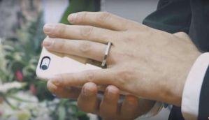 मोहब्बत की इंतहा होने पर आदमी ने की स्मार्टफोन से शादी