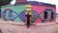 बनारस का एक गांव जिसकी हर दीवार पर एक पेंटिंग रहती है