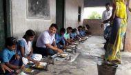बिहार: डीएम ने दलित विधवा को बहाल किया फिर बैठकर खाया उसके हाथों से बना मिड-डे-मील
