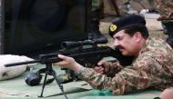 पाकिस्तान में किससे करें बात?