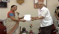 गुजरात की सीएम आनंदीबेन पटेल ने राज्यपाल को सौंपा  इस्तीफा