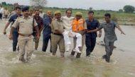 एमपी: जब पुलिस वालों की गोद में बैठे मुख्यमंत्री शिवराज सिंह चौहान