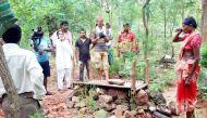 गोमपाड़: एक गांव जहां इंसानी चहल-पहल की बजाय बूटों की धमक सुनाई देती है