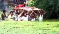 वीडियो: एमपी में दबंगों की वजह से तालाब पार करके ले जाना पड़ा शव