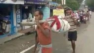 ओडिशा: 'आईसीयू' में एंबुलेंस सेवा, कंधे पर शव उठाने के लिए कूल्हा तोड़ा