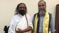 श्री श्री रविशंकर से मिले आतंकी बुरहान वानी के पिता, कहा आकर स्वयं ले कश्मीर के हालात का जायजा