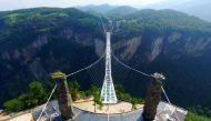 क्यों खुलते ही बंद करना पड़ा दुनिया का सबसे ऊंचा कांच का पुल?