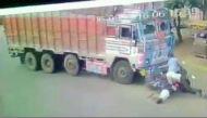 हैदराबाद में हैरान कर देने वाला वीडियो, ट्रक से सीधी टक्कर के बावजूद बचे बाइक सवार