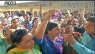 केजरीवाल को नई दिल्ली रेलवे स्टेशन पर महिलाओं ने दिखाई चूड़ियां