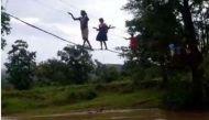 वीडियो: छत्तीसगढ़ के नकुलनार में गांव वाले करते हैं बिजली के तारों से नदी पार