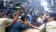 वीडियोः महाराष्ट्र की लोकल ट्रेन में आरपीएफ जवानों से झगड़ते गुंडे