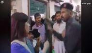 वीडियोः लाइव कवरेज करने पहुंची महिला रिपोर्टर को सिक्योरिटी गार्ड ने मारा तमाचा