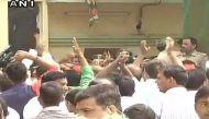 अखिलेश और शिवपाल समर्थकों में मारपीट, रामगोपाल बोले- अखिलेश खुद में एक पार्टी