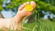 बीमारियों से बचाती है नंगे पैर चलने की आदत