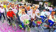 जानें सूरत में 251 दूल्हों ने क्यों निकाली साइकिल रैली