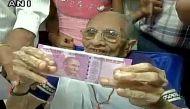 पीएम मोदी की मां हीराबेन ने बैंक में बदलवाए 4500 रुपये के नोट
