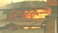 श्रीनगर के डलगेट इलाके में लगी भीषण आग, फायर ब्रिगेड आग बुझाने में जुटी