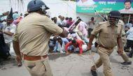 यूपी: विधानसभा के सामने पुलिस ने दौड़ा-दौड़ा कर टीचरों को पीटा, एक की मौत