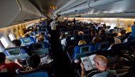 जानिए टेकऑफ-लैंडिंग के वक्त विमान के भीतर रोशनी कम किए जाने का कारण