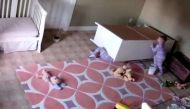 वीडियोः जुड़वा भाई को बचाने के लिए दो साल के मासूम का हैरतअंगेज कारनामा