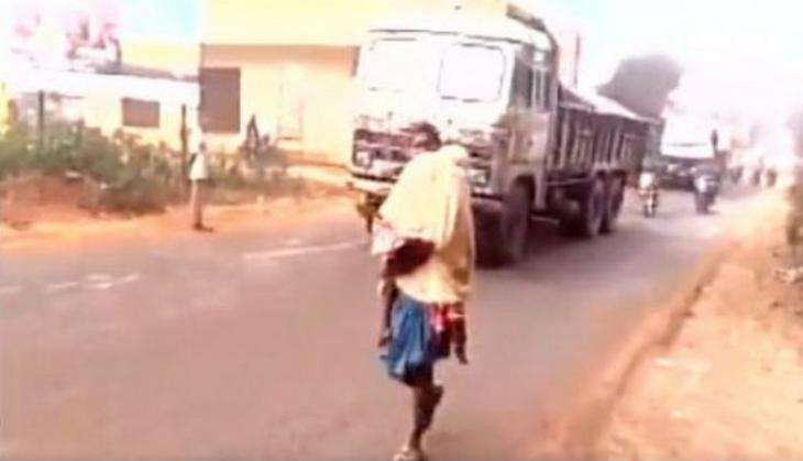 Another Dana Majhi: Man carries dead daughter on shoulder for 15 km in Odisha
