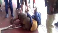वीडियोः मानवता को शर्मसार करती पुलिस और लाचार बुजुर्ग