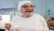 दुनिया की सबसे उम्रदराज 89 साल की सर्जन, अब तक कर चुकी हैं 10 हजार आॅपरेशन