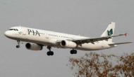विमान में सीटें फुल होने पर यात्रियों ने गैलरी में खड़े होकर किया सफर
