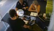 Viral Video: टूटी स्क्रीन सही कराने पहुंचे ग्राहक के हाथ में फटा iPhone