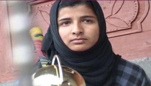 कश्मीर की सुपर गर्ल 'इकरा' हिजाब पहनकर लगाती है धुआंधार सिक्सर