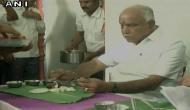 कर्नाटक: येदियुरप्पा ने दलित के घर में खाया होटल का खाना!