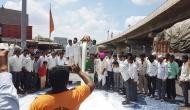 महाराष्ट्र: हड़ताल कर रहे किसान सड़कों पर लाखों लीटर दूध बहा रहे हैं