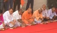 यूपी: सीएम योगी आदित्यनाथ ने दलितों के साथ खाया खाना