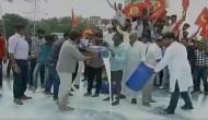 VIDEO: गुजरात में कर्जमाफी की मांग पर किसानों ने सड़क बहाया दूध