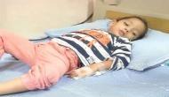 तीन साल की इस बच्ची के निकलते हैं ख़ून के आंसू