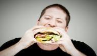 शर्त जीतने के लिए जमकर खाए बर्गर, मगर फट गया पेट...