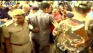 Video: लालू के बेटे तेजस्वी के सुरक्षाकर्मियों ने पत्रकारों को पीटा