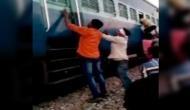 यूपी: चलती ट्रेन में मुस्लिम परिवार पर हमला, रॉड से पीटा