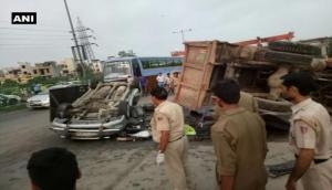 NH-24 पर डंपर ने इनोवा को हवा में उछाला, 6 की मौत