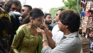 SRK, Anushka relish 'paan' in Varanasi